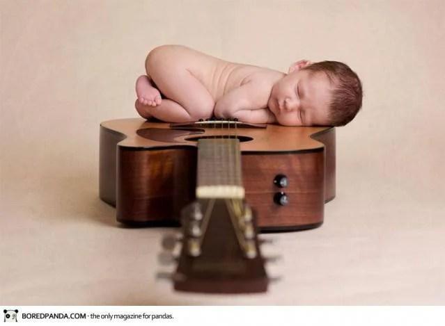 neonato dorme su chitarra