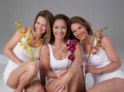 tre donne con fiori