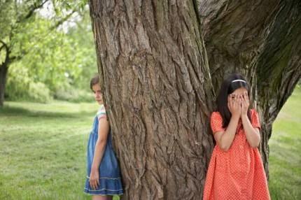 Due bambine giocano a nascondino