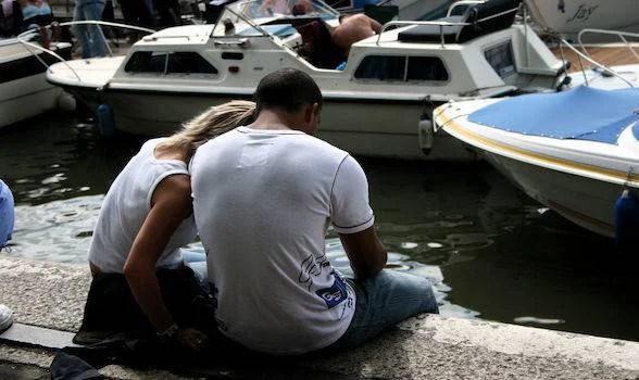 Una coppia si abbraccia