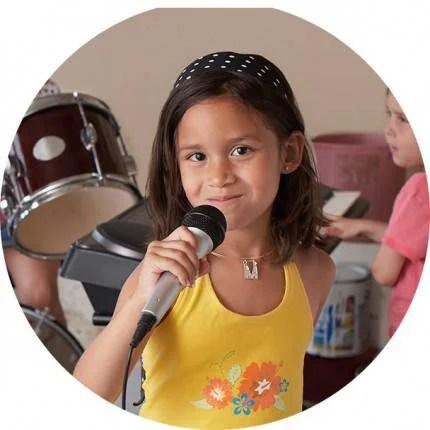 bambina con microfono