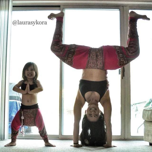 mamma e figlia praticano yoga