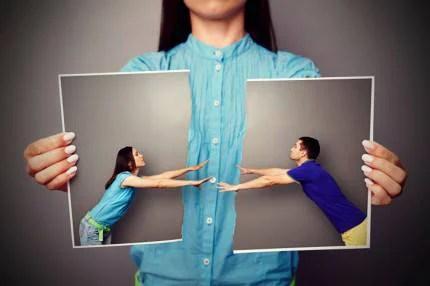 donna tiene foto strappata di una coppia