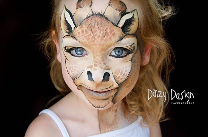 bimba con volto giraffa disegnato