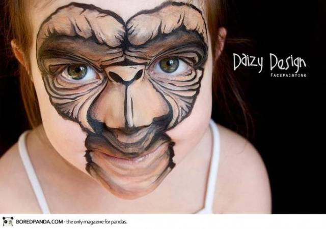 bimba con volto disegnato