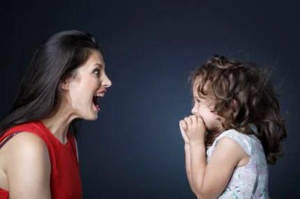 mamma urla contro bambina