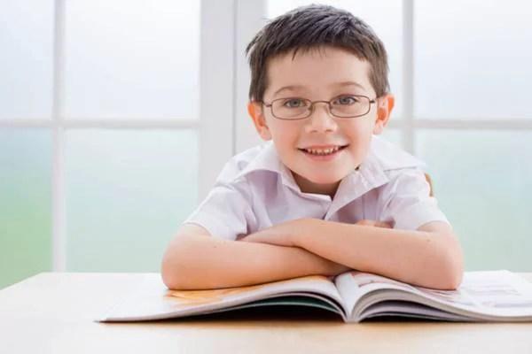 bambino studia felice