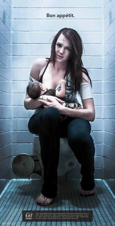 mamma allatta bimbo in un bagno