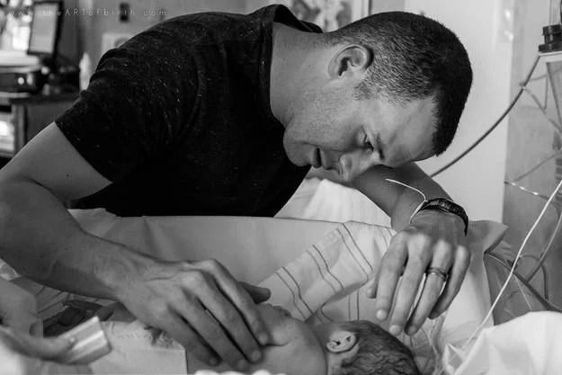 papà carezza figlio appena nato