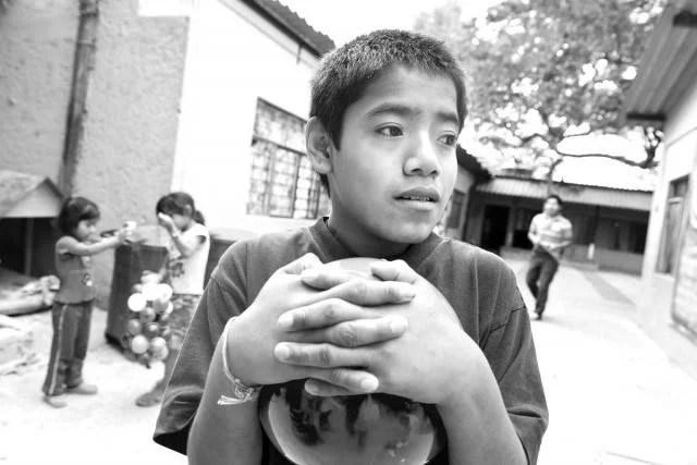 ragazzino con sfera