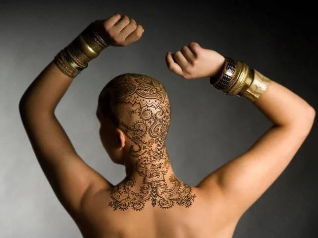 tatuaggio gigante su testa