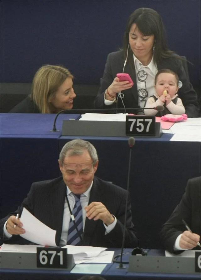 donna con amica e bimba lavora in parlamento