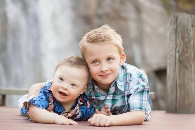 bimbo con sindrome down e fratello