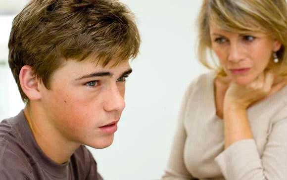 mamma e ragazzo adolescente