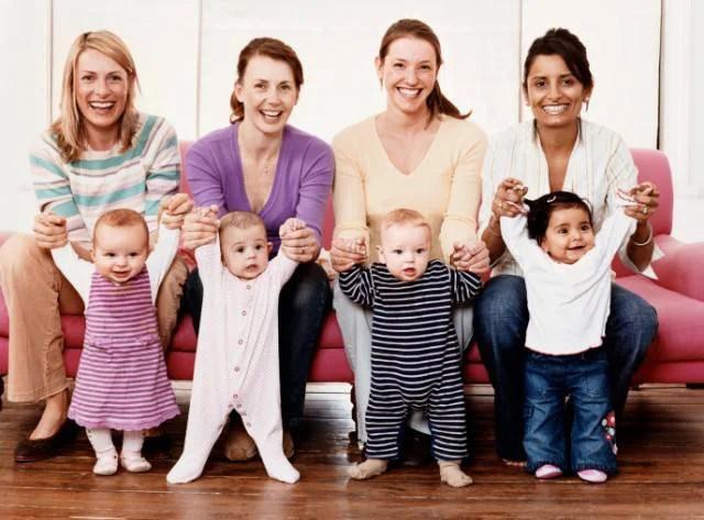 Quattro giovani donne con i loro figli
