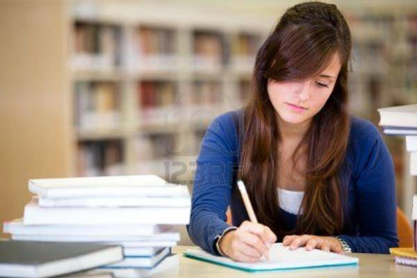 ragazza studia