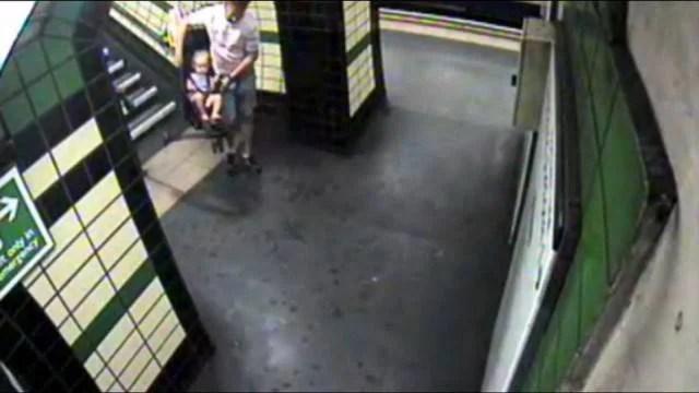 padre trasporta passeggino giù dalle scale