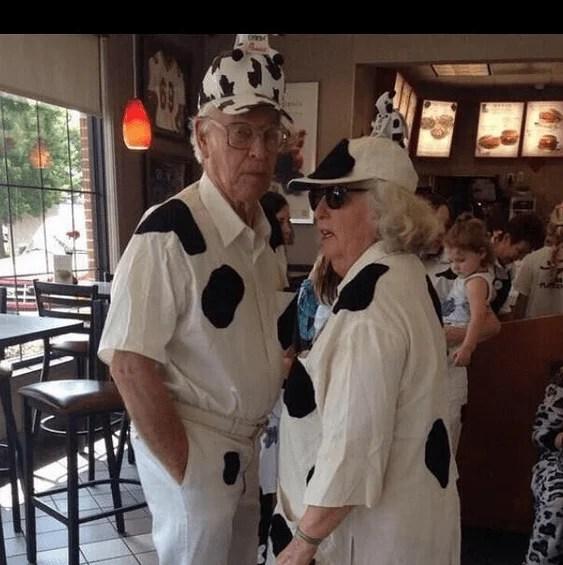 coppia anziana con abiti muccati