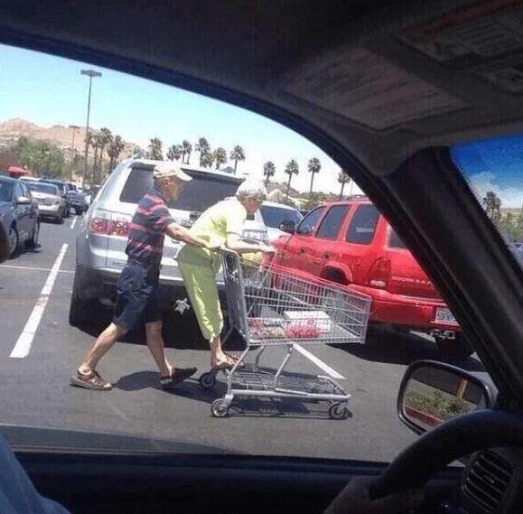coppia anziana va sul carrello spesa