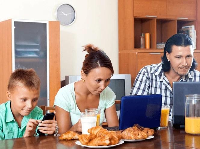 famiglia e tecnologia al mattino