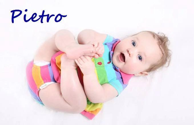 bambino con abito colorato e nome Pietro