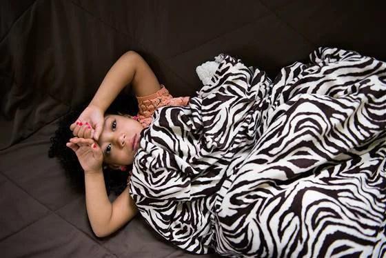 bambina sotto una coperta