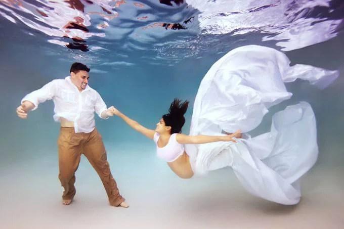 coppia sott acqua giochi