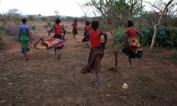 ragazze africane corrono