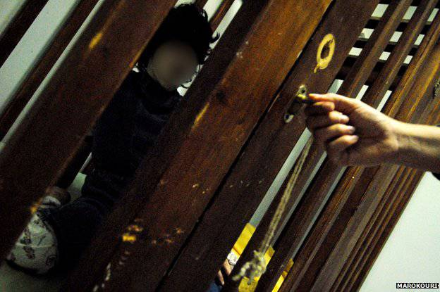bambino in gabbia