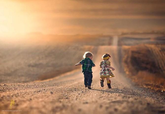 bambini che corrono al tramonto
