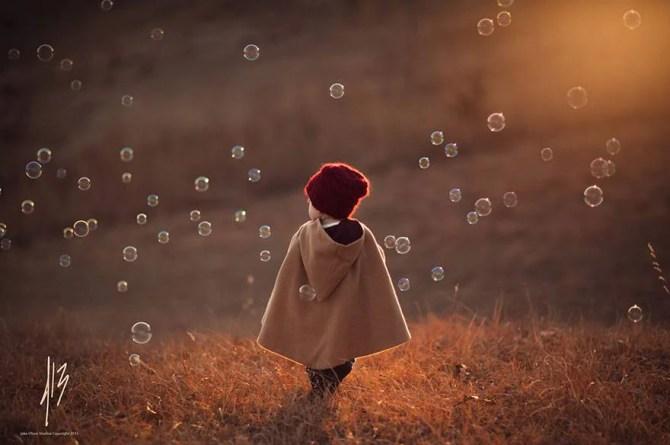 bambino tra le bolle di sapone