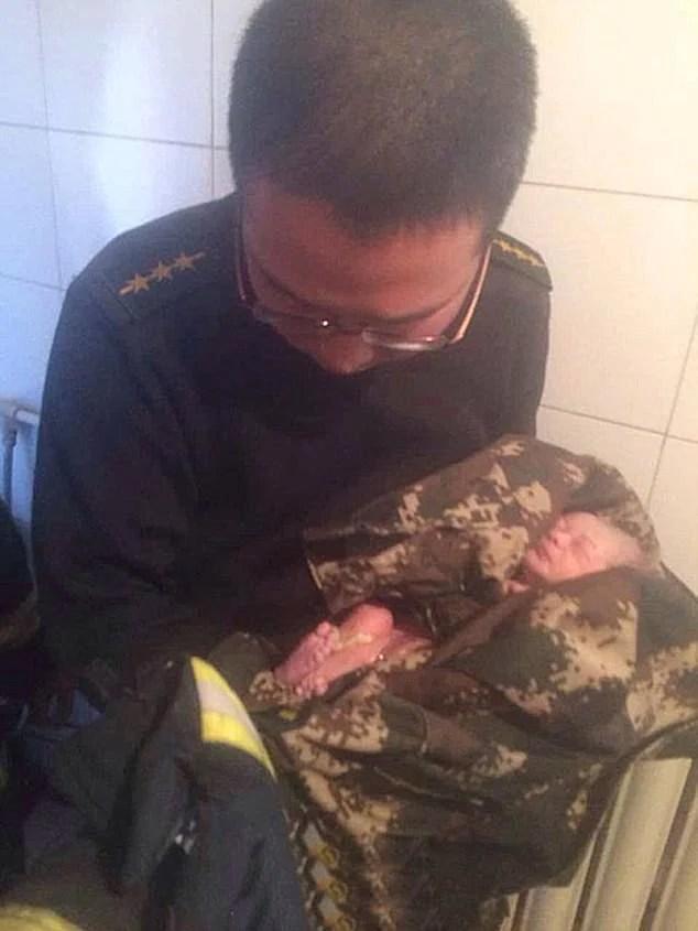 bambino cinese salvato