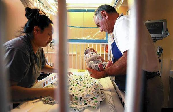 uomo culla neonati