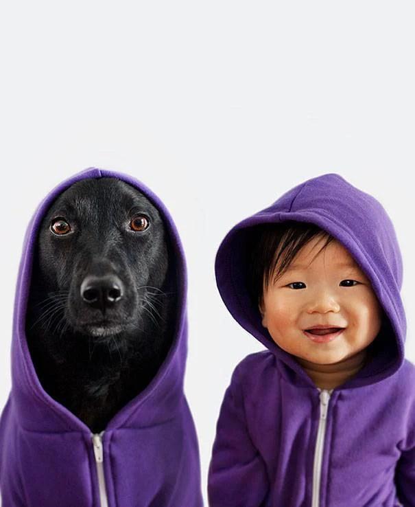 cane con felpa e bimbo con felpa