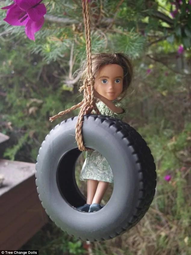 bambola gioca all aperto
