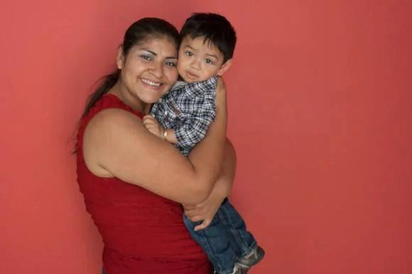 bambino in braccio alla mamma