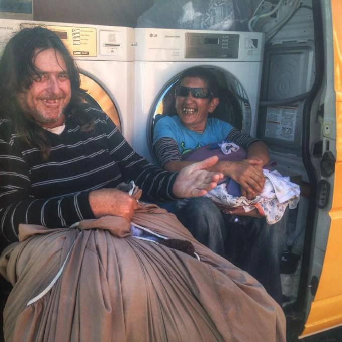 senzatetto nel furgone lavanderia
