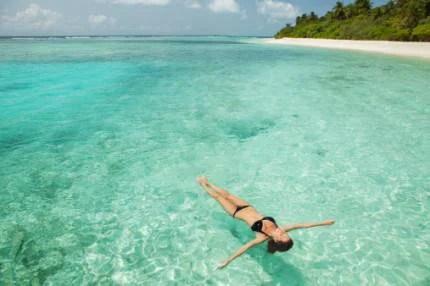 donna rilassata in mare