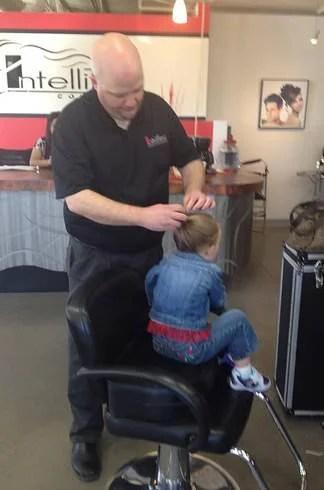 padre acconcia capelli bimba
