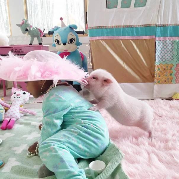 bimba e maialino giocano