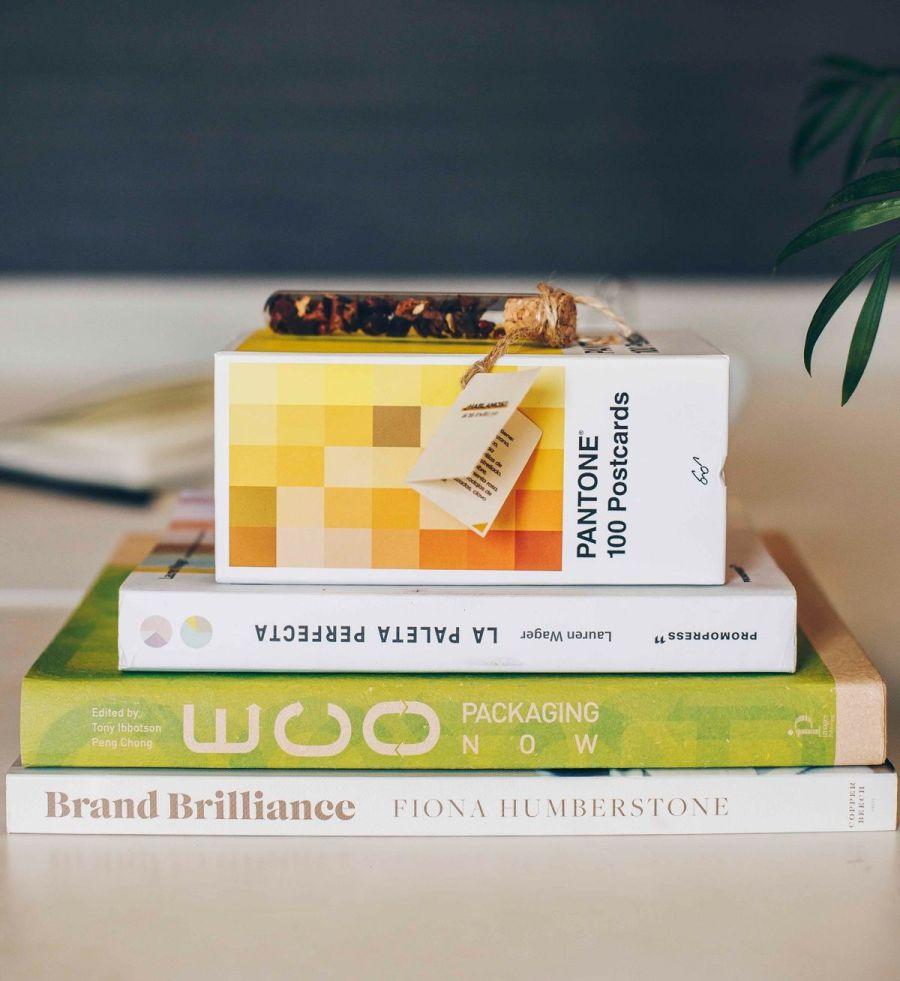 Varios libros de diseño gráfico sostenible para tener un branding consciente: Brand Brilliance, eco packaging now y la paleta perfecta