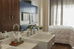 Bastante branco na louça do banheiro da suíte Foto: Zeca Wittner/Estadão