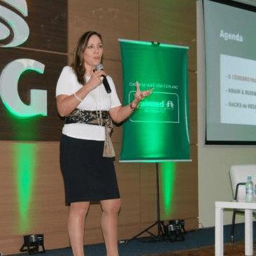 Pensadora digital Martha Gabriel palestra em evento para clientes Unimed
