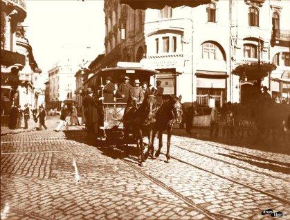 Tramvai-cu-doi-cai-Hotel-Palace-intersecţia-Bdului-Elisabeta-cu-str.-Brezoianu