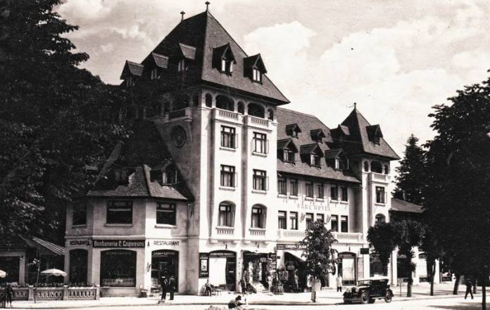 Hotelul Grigorescu Parc a fost proiectat de arhitectul oraşului Sinaia, Paul Smărăndescu, în anul 1929, pe latura estică a Bulevardului Ghica