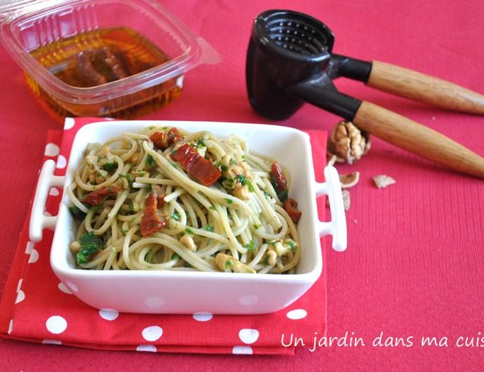 spaghetti aux noix, tomates séchées, sauce pourpier