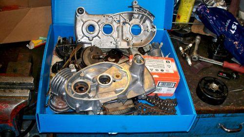 Dieses Stillleben aus geputzten Motorteilen durchschaut nur ein Mechaniker.