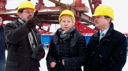 Reinhard Koettnitz, Chef des Straßenbauamtes (l.), erklärt OB Helma Orosz und Minister Sven Morlok die Baustelle.