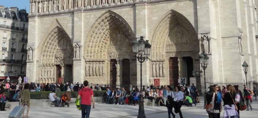 Hordas de turistas en la entrada de Notre Dame