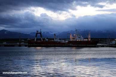 Barco en la bahía de Ushuaia en verano